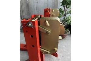 Mỏ kẹp phuy của bộ kẹp phuy sắt dùng lắp ráp và thay thế mỏ kẹp cũ đã bị mòn
